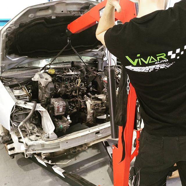 David devolviendo motor a su coche