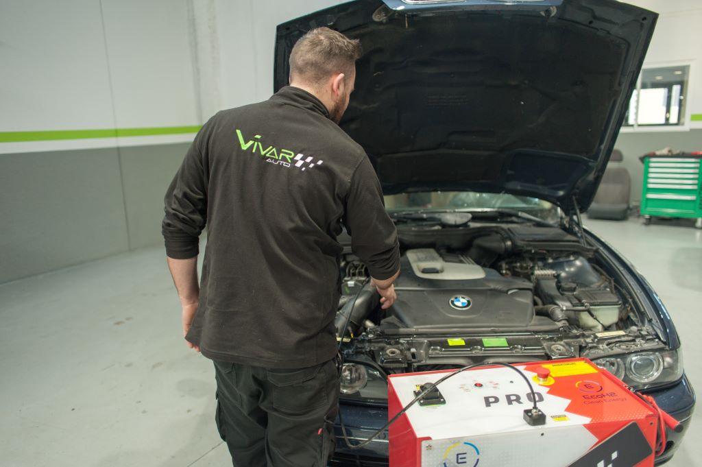 Pedro realizando la descarbonización de motor de un coche